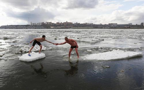 شنا در آب های یخزده رود ینسی در کرسنویارسک روسیه