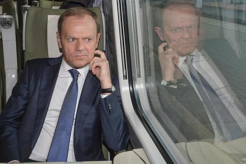 دونالد تاسک لهستانی رییس کمیسیون اروپا در حال عزیمت با قطار به شهر ورشو به منظور شرکت در دادگاه بررسی اتهامات ارتباط سیاستمداران لهستانی با سرویس اطلاعاتی روسیه. تاسک که پیشتر نخست وزیر لهستان بوده به عنوان شاهد به دادگاه احضار شده