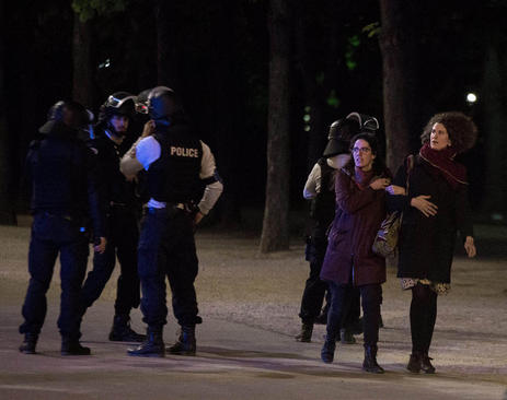 ترس و وحشت از حمله تروریستی پنج شنبه شب به نیروهای پلیس در پاریس. این حمله تروریستی در آستانه انتخابات ریاست جمهوری روز یکشنبه انجام شد.
