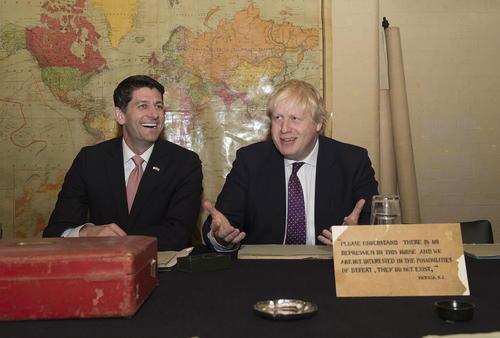 بازدید پل رایان رییس مجلس نمایندگان آمریکا – در کنار وزیر امور خارجه بریتانیا-  از اتاق مدیریت جنگ وینستون چرچیل نخست وزیر اسبق بریتانیا در دوران جنگ دوم جهانی – لندن