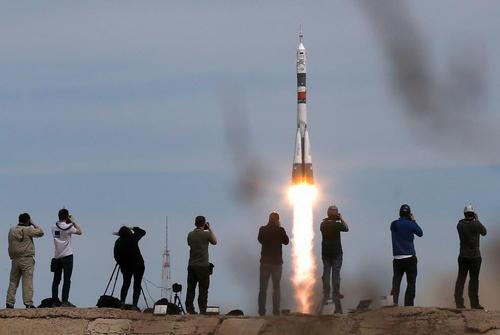 لحظه پرتاب فضاپیمای سایوز روسی با دوفضانورد روسی و آمریکایی به پایگاه فضایی بین المللی
