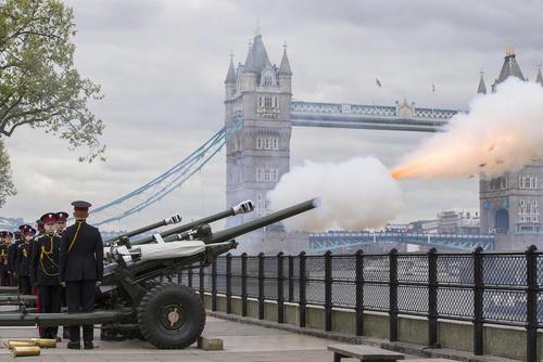 شلیک  توپ به مناسبت نودویکمین سالگرد تولد ملکه بریتانیا – لندن