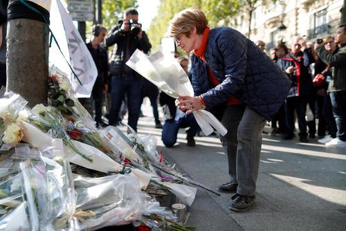ادای احترام به قربانیان حمله تروریستی پنج شنبه شب در خیابان شانزلیزه پاریس