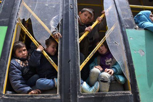 رسیدن کاروان اتوبوسی شهروندان محاصره شده در دو روستای فوعه و کفریا سوریه به مناطق تحت کنترل حکومت سوریه در حومه شهر حلب
