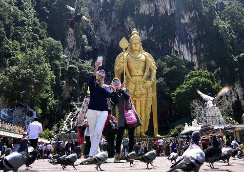 سلفی گرفتن گردشگران در کوالالامپور مالزی