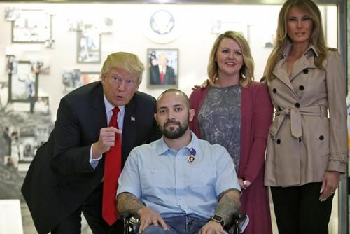 دونالد ترامپ به همراه همسرش در مراسم تجلیل و اعطای مدال به یک افسر ارتش آمریکا که در افغانستان زخمی شده است- بیمارستان نظامی در مریلند آمریکا