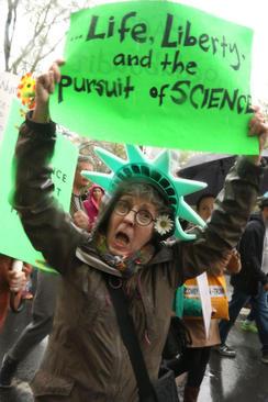 تظاهرات روز علم در مقابل هتل بین المللی ترامپ در نیویورک