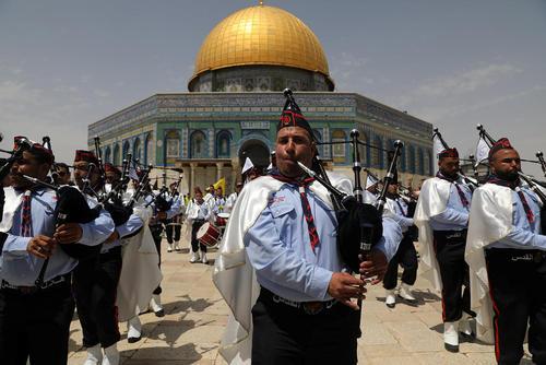 گروه موزیک فلسطینی در مراسم جشن معراج پیامبر اسلام(ص) در مقابل مسجد الاقصی