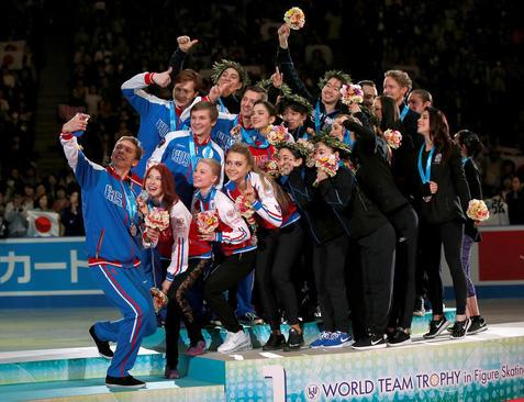 سلفی گرفتن ورزشکاران اسکیت باز ژاپنی، روسی و آمریکایی پس از اعطای مدال ها در مسابقات جهانی اسکیت روی یخ – توکیو