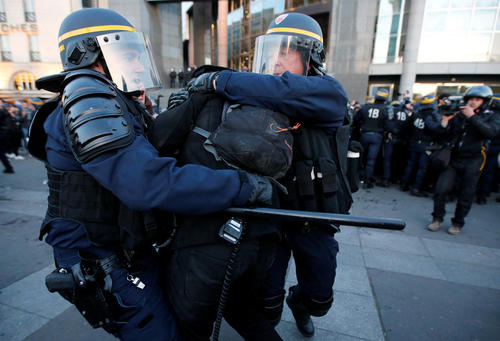 درگیری پلیس فرانسه با معترضان به نتایج  مرحله نخست انتخابات ریاست جمهوری – پاریس