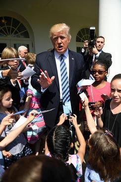 دونالد ترامپ در جمع فرزندان کارکنان و خبرنگاران کاخ سفید که در قالب تور برای بازدید آمده اند
