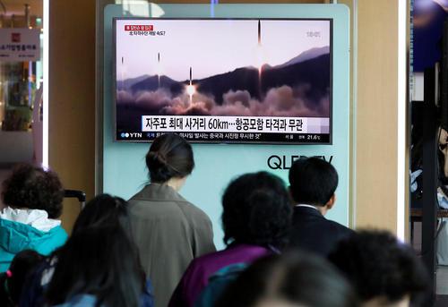 تلویزیون ایستگاه قطار شهر سئول کره جنوبی و خبر شکست آزمایش موشکی بامداد شنبه همسایه متخاصم شمالی