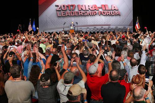 سخنرانی دونالد ترامپ در جمع اعضای انجمن ملی اسلحه آمریکا در شهر آتلانتا آمریکا و اعتراض فعالان مخالف قانون حمل اسلحه  در مقابل محل گردهمایی انجمن. این انجمن که 5 میلیون عضو دارد حامی سرسخت قانون حمل اسلحه در آمریکاست.