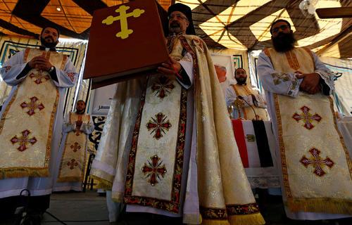 مراسم استقبال از پاپ فرانسیس از سوی کشیش های کلیسای قبطیان شهر قاهره