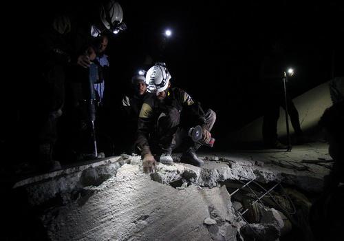عملیات نجات زیر آوار ماندگان در اثر حمله شبانه هوایی به شهر ادلب سوریه