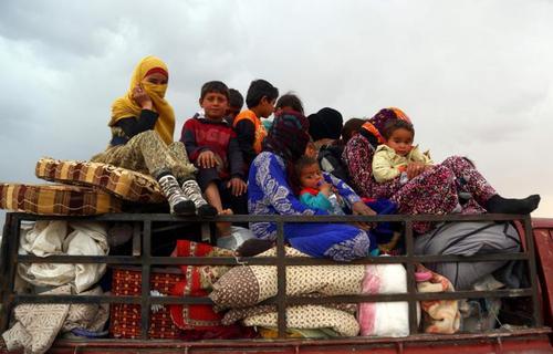 پناهجویان سوری هنگام فرار از اطراف شهر طبقه در نزدیکی شهر رقه پایتخت داعش