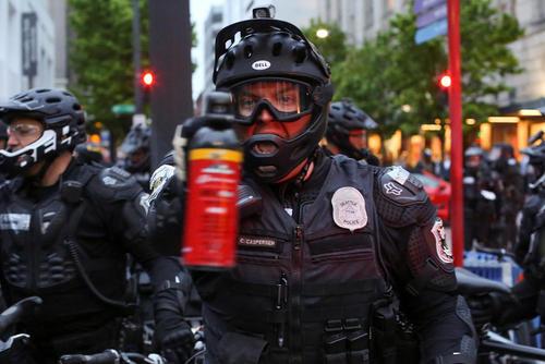 تهدید یک افسر پلیس به استفاده از اسپری فلفل در تظاهرات سیاتل آمریکا