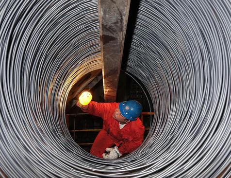 بازرسان در حال بررسی کیفیت فولاد ضد زنگ در دالیان، چین