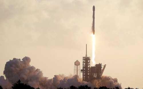 پرتاب محموله جاسوسی اسپیسایکس به فضا توسط موشک فالکون 9 در فلوریدا آمریکا