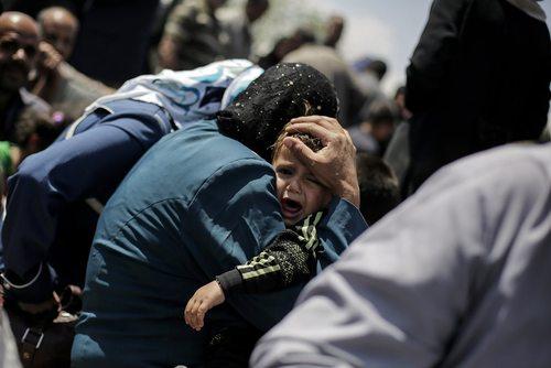 شهروندان عراقی گریخته از مناطق جنگی در غرب شهر موصل