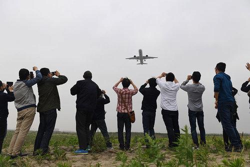 نشستن نخستین هواپیمای مسافربری بزرگ تولید چین در فرودگاه بین المللی شانگهای