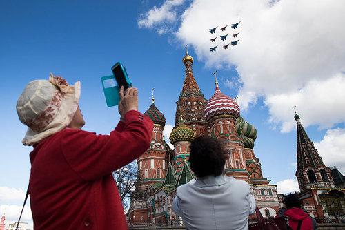 پرواز هواپیماهای جنگی روسیه بر فراز کاخ کرملین در مراسم روز پیروزی