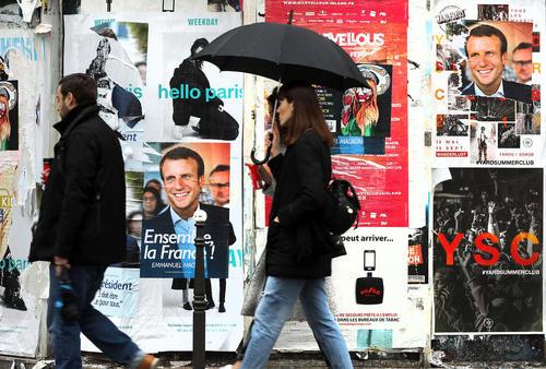 پوسترهای رنگارنگ دو نامزد راه یافته به مرحله دوم انتخابات ریاست جمهوری فرانسه در خیابان های پاریس