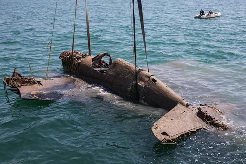 بیرون کشیدن یک هواپیمای جنگنده آمریکایی متعلق به دوران جنگ دوم جهانی از تنگه کرچ در بندر سواستوپول روسیه. این هواپیمای آمریکایی در اجاره ارتش سرخ شوروی بود و در جنگ دوم جهانی در این منطقه سقوط کرده و زیر دریا مدفون بود.