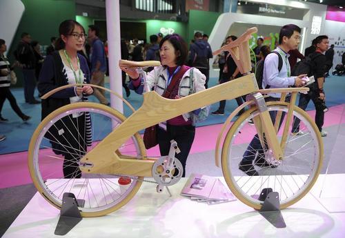 عرضه یک دوچرخه چوبی در نمایشگاه سالانه دوچرخه در شانگهای چین