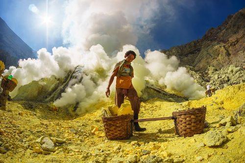 کار در معدن سولفور – اندونزی