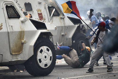 لحظه زیر گرفتن یک جوان معترض و مخالف حکومت از سوی خودروهای زرهی گارد ملی ونزوئلا بازتاب وسیعی در رسانه ها و شبکه های اجتماعی داشته است