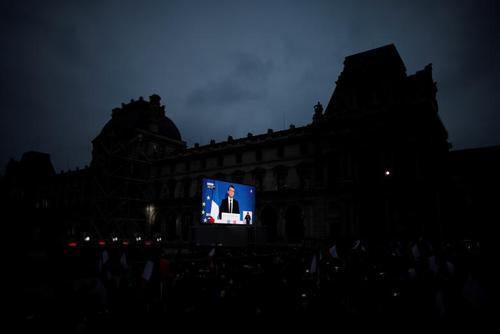 تجمع حامیان مکرون در کنار موزه لوور - پاریس
