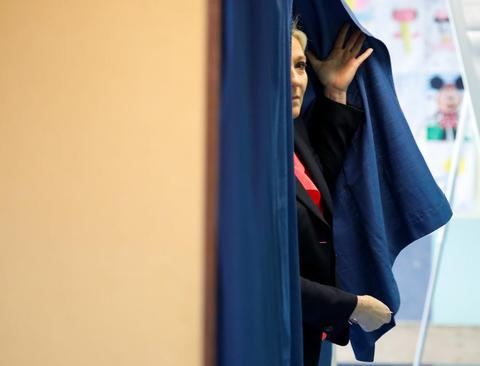 مارین لوپن در حال ورود به سالن سخنرانی پس از شکست در انتخابات