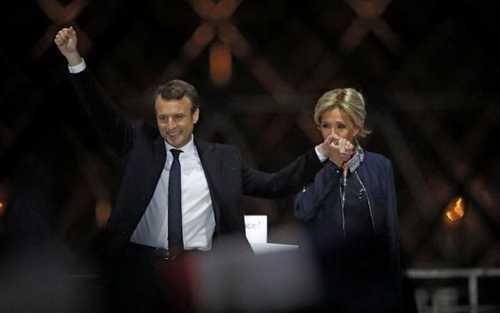 بوسه همسر مکرون به دست او در سخنرانی پیروزی رییس جمهور منتخب در جمع حامیان در پاریس