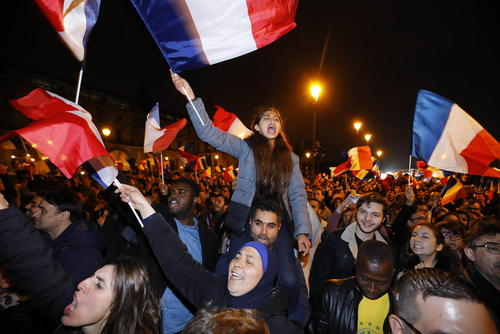 شادمانی هواداران امانوئل مکرون رییس جمهور منتخب فرانسه از پیروزی او در انتخابات – پاریس