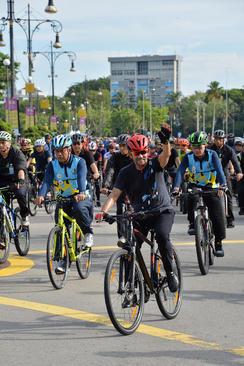 حضور سلطان برونئی در مسابقات دوچرخه سواری 16 کیلومتری به مناسبت روز خانواده