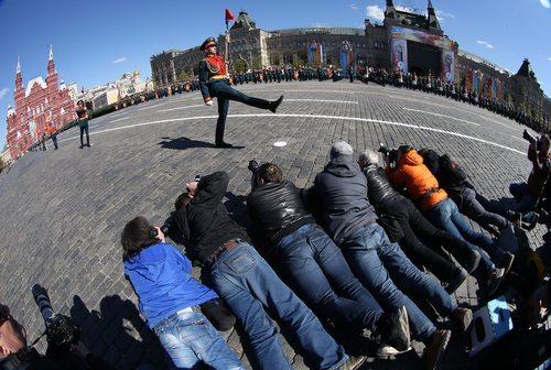 خبرنگاران در حال عکس گرفتن از رژه تمرینی ارتش روسیه در میدان سرخ مسکو در آستانه رژه روز پیروزی