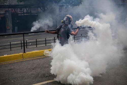 تداوم اعتراضات ضد حکومتی در کشور نفت خیز و ورشکسته ونزوئلا – کاراکاس