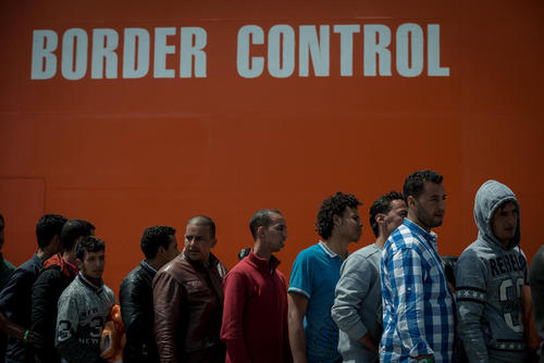 صف بستن حدود هزار پناهجو در بندر سالرنو ایتالیا برای ثبت نام و ورود به خاک این کشور