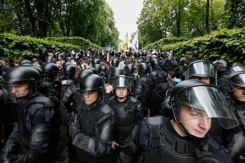 مسدود کردن مسیر تظاهرات ملی گرایان تندرو  از سوی پلیس اوکراین. ملی گرایان در هفتادو دومین سالگرد پیروز بر آلمان نازی تظاهرات کرده اند – کی یف
