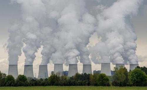خروج دود از برج های خنک کننده نیروگاه زغال سنگی در آلمان