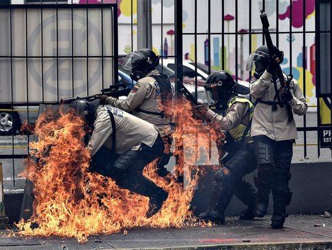 حمله معترضان ضد حکومت به پلیس ضد شورش ونزوئلا - کاراکاس