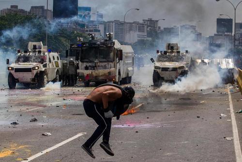 تداوم درگیری و آشوب و تظاهرات مخالفان دولت در پایتخت کشور بحران زده ونزوئلا