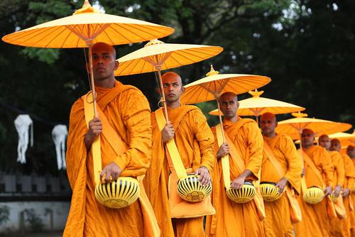 راهبان بودایی در جشنواره آیینی در کلمبو سریلانکا