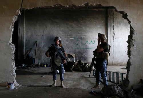 نیروهای عراقی در کارگاه ساخت خمپاره داعش در غرب شهر موصل