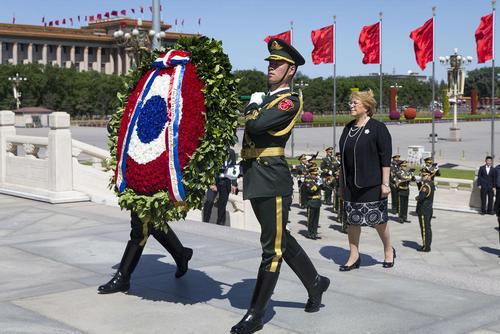 ادای احترام رییس جمهور شیلی به مجسمه قهرمان خلق در میدان تیان آن من پکن