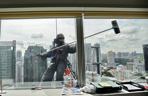تمیز کردن شیشه های یک برج در سنگاپور