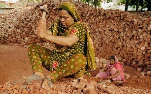 زنان کارگر در کارگاه آجرسازی در شهر داکا بنگلادش