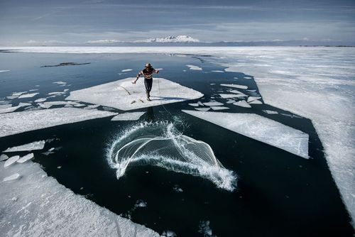 ماهیگیری در دریاچه ای یخزده در