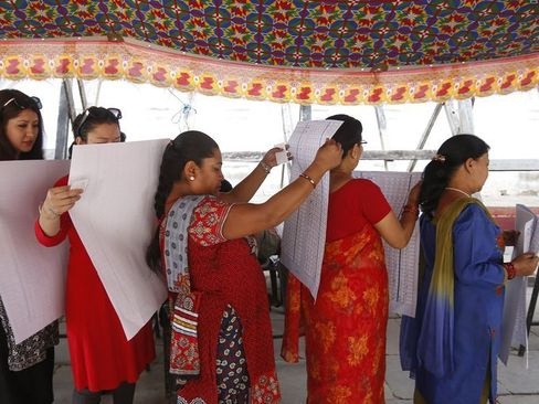 زنان نپالی در حال خواندن برگه های آرا در انتخابات شوراها – کاتماندو